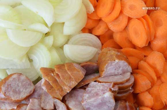 Kiełbasa, cebula i marchewka do lecza