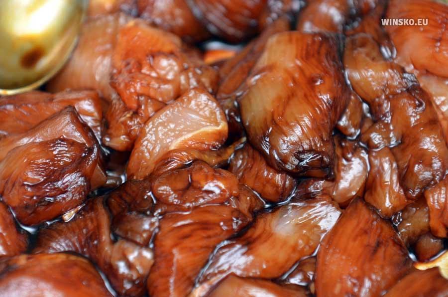 Pierś z kurczaka pokrojona w paski w sosie sojowym