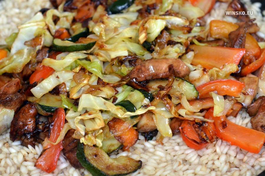 Wysypujemy wszystkie podsmażone składniki do patelni z ryżem