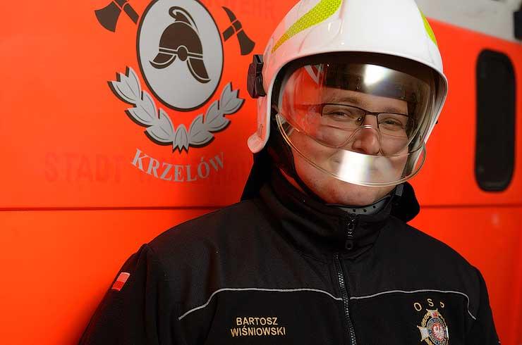 W nowym helmie strażackim
