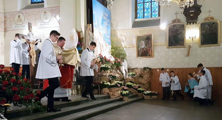 Wielki Piątek w Krzelowie. Przeniesienie Najświętszego Sakramentu do grobu [wideo]